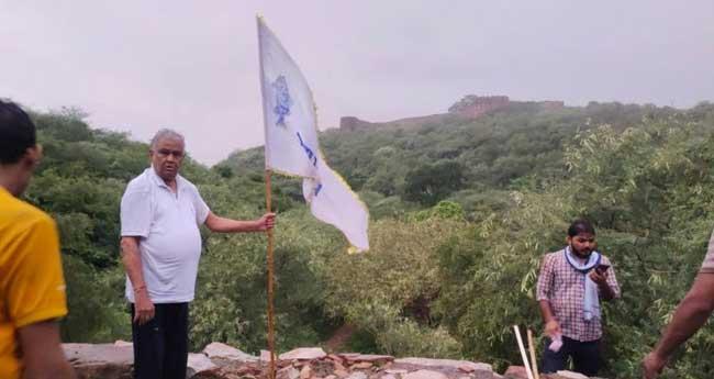 അംബാഗഡ് കോട്ടയിൽ ഗോത്രവർഗ  പതാക ഉയർത്തി ബിജെപി എംപി