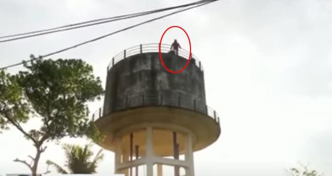 ആലപ്പുഴയിൽ വാട്ടർ ടാങ്കിന് മുകളിൽ കയറി ആത്മഹത്യ ഭീഷണി മുഴക്കി മധ്യവയസ്കൻ